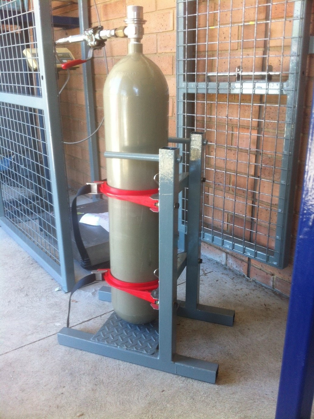 CO2 cylinder cage